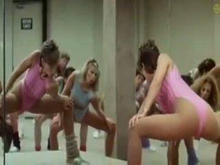 Sexig flickor doing aerobics exercises i en kinky sätt