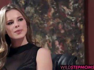 Abbey brooks accompanies të saj stepdaughter në një punë intervistë