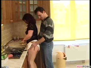 褐发女郎 蜂蜜 gets 一 cooking lesson 1/5