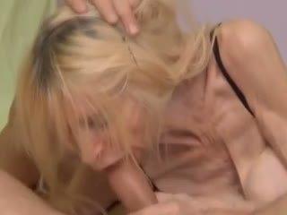 Wrinkly و نحيف جدة الحصول على مارس الجنس