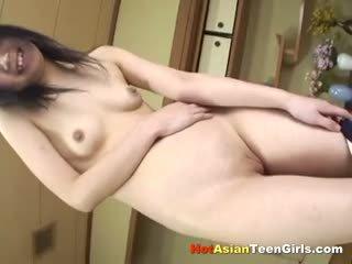 Liten och nätt asiatiskapojke skol fingrar