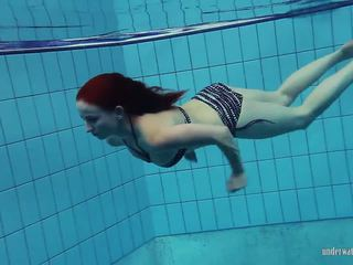 Redheaded katrin הוא stripping מתחת למים, פורנו 66