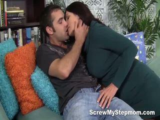 Cachonda madrastra gets intimate con su joven lover