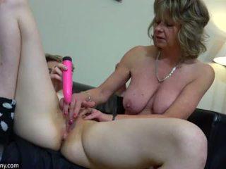 Oldnanny sexy mamma med ten masturbate på seng