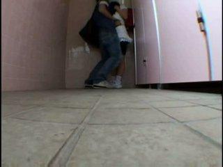 Молодий підліток molested на schooltoilet