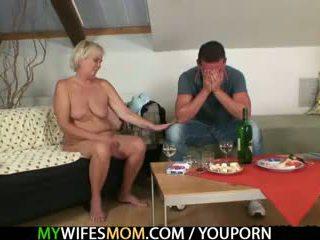 他的 妻子 comes 在 和 sees 他 他妈的 她的 老 妈妈