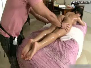 brunetky pekný, masáž online
