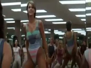 Seksi kızlar doing aerobics exercises içinde bir kütüphaneci yol