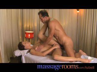 Masazh rooms e lezetshme adoleshent enjoys stimulim me gisht dhe sensuale climax para derdhje jashtë