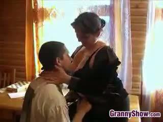 丰满的 奶奶 getting 一些 迪克 在 她的