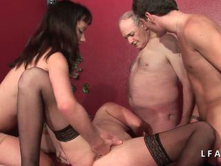 2 jeunes salopes francaises sodomisees dans un clube.