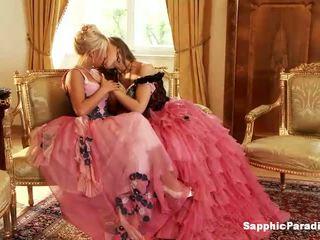 Hailee και mya ξανθός/ιά και κοκκινομάλλα/ης λεσβιακό κορίτσια φιλιά και βγάλσιμο ρούχων