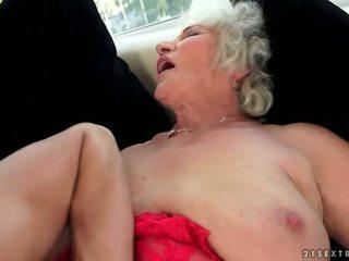 Neslušné prsnaté stará mama enjoys príťažlivé sex