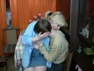 Russa mãe e gajo having um bebida