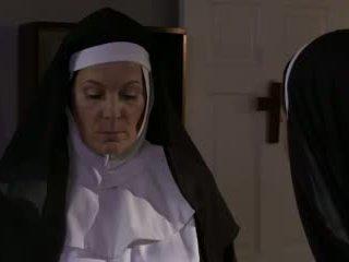 Ištvirkęs suaugę vienuolė ir kalė lesbietiškas seksas (roleplay)