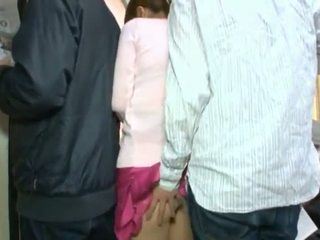 Monada coreana teenager having su marrón ojo y coochie touched en crowded autobús