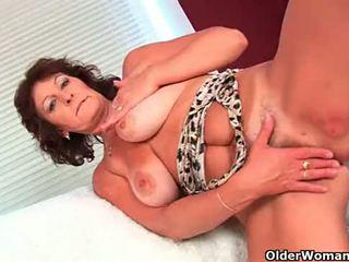 Abuelita con grande tetitas finger fucks su peluda coño