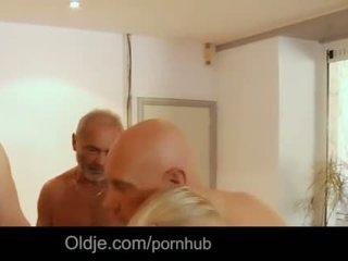 Seven grandpas gabg bangs sexy jeune blonde à une réunion