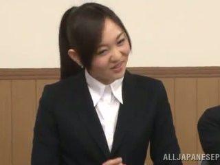 Japonesa female gives um cocksuck em o presence de dela gaja