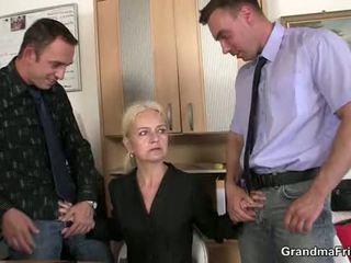 Granma sucks ir fucks two cocks į darbas interviu