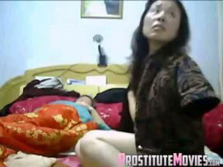 Azjatyckie para gorące trójkąt z pokojówka