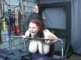 Thick stor mes kinky slav flicka är whipped och misshandlade i den kön fängelsehåla