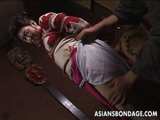 Azijietiškas suaugę kalė has a rope session į kentėti