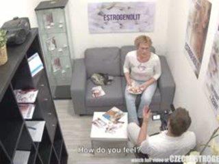 Suaugę čekiškas moteris squirting su estrogenolit