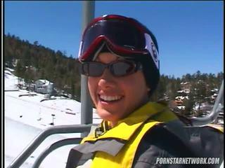 Taylor مطر relaxes بعد بعض skiing