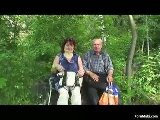 Nagyi és nagypapa fasz szabadban