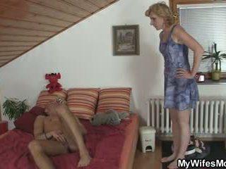 Girlfriends karstās māte helps viņam sperma