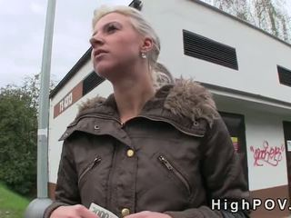 Blondýnka amatér výstřik pov v veřejné