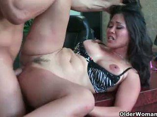 Азіатська матуся jessica bangkok takes cumload в рот