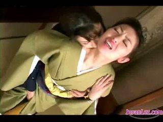 Asiatico ragazza in kimono getting suo faccia kissed fica e tette