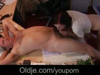 Jashtë norme i ri sekretare duke thithur shefi i vjetër kokosh e pacensuruar spermë në gojë video