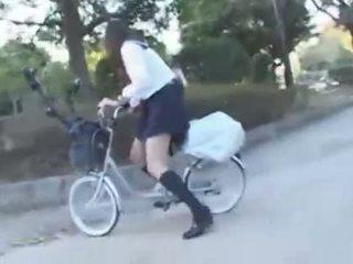 일본의 소녀 승마 a vibrating 자전거 thru 그만큼 도시 (public squirting)