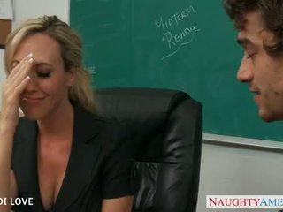 Rambut pirang guru brandi cinta menunggangi kontol di ruang kelas