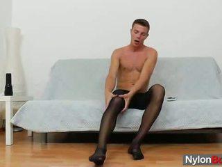 Гей guy teasing негов хуй в panty-hose