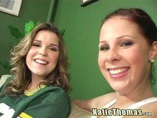 Katie 和 她的 女朋友 taking 一 黑色 shlong