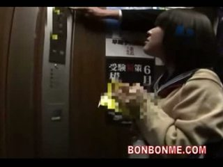 Japans schoolmeisje pijpen en geneukt door leraar in elevato