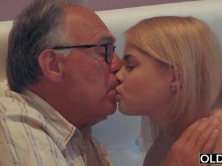 18 yo fata sarutand și fucks ei pas tata în lui dormitor