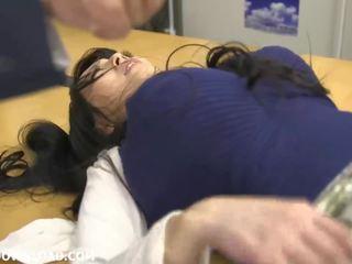Giant bystiga asiatiskapojke baben spelar med guys vid den kontors