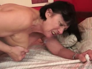 Garçon loves potelée grand-mère