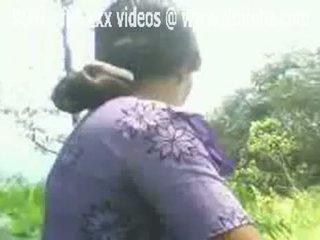 印度人 aunty flashes 她的 毛茸茸 的陰戶 戶外