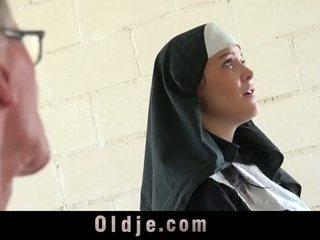 Vanha mies merkkeihin nuori monastery nunna fornicate