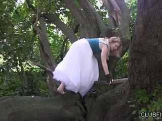 Madison nuori masturboimassa barefoot sisään the woods