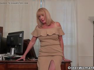 American Granny Phoenix Skye Proves Her Sexiness: Porn ed