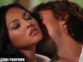 बस्टी beauty adrianna luna seduces उसकी आदमी के लिए पॅशनेट सेक्स