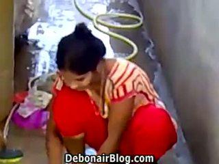 Sexy desi naivka washing clothes predstavenie čiarka medzi prsiami ca