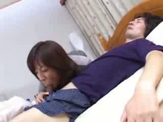 Japonesa mãe sneaks em husbands prima cama vídeo